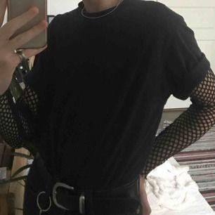 Svincool e-boy/girl goth nät-tröja 👽 Sparsamt använd ⚠️ Kan stajlas med en tröja över den eller bara nät-tröjan 🖤 Köparen står för frakt 🎱