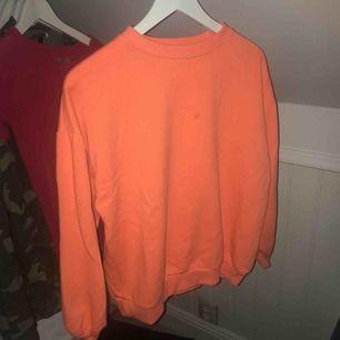 Superfin neon orange tröja från pull and bear.  Finns en mindre fläck fram på tröjan. 💖💖