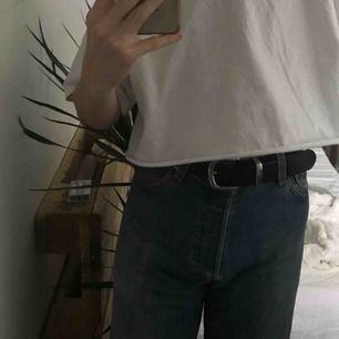 Jättefina hipster Levi's jeans från sent 90-tal ⏮ Passar till allt, essentiella 👼🏼 De är storlek L men kan passa storlek M ✨ De är lite slitna vid en knapp och benslutet, men det tycker jag är fint med vintage looken 🐚