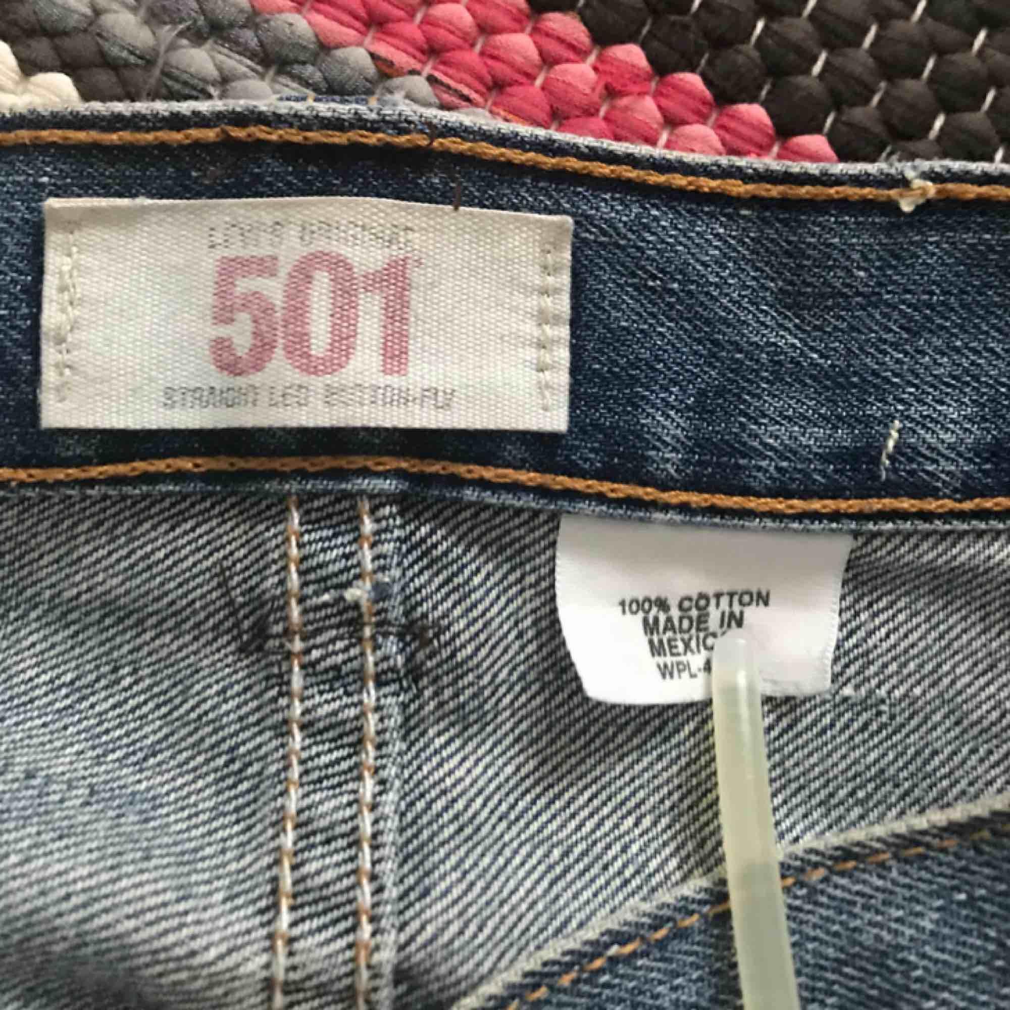 Jättefina hipster Levi's jeans från sent 90-tal ⏮ Passar till allt, essentiella 👼🏼 De är storlek L men kan passa storlek M ✨ De är lite slitna vid en knapp och benslutet, men det tycker jag är fint med vintage looken 🐚. Jeans & Byxor.