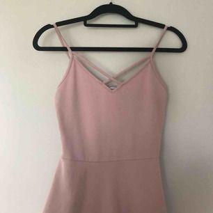 Smutsrosa klänning i riktigt fint skick. Köpt från Gina Tricot och endast använd ett fåtal gånger (drf det lite högre priset) Köparen står för frakten💕 Tveka inte att skriva vid intresse✨✨