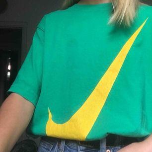 Cropped Nike t-shirt. Köpt secondhand så inte ny-skick. Passar som XS skulle jag säga. Riktigt coola färger som kan göra en outfit lite mer unik. Litet Nike märke på sidan av ena armen☺️