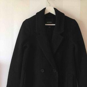 Svart kappa från Monki   Sparsamt använd under en vinter   39% ull   Priset är inklusive frakten!