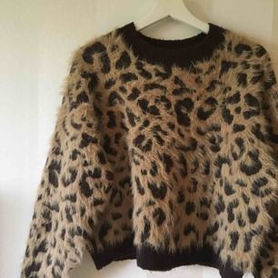 Leopardtröja från H&M   Köpt här på Plick men oanvänd av mig, i fint skick   Priset är inklusive frakten!