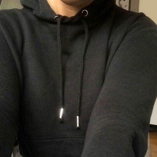 Jättefin svart hoodie från hm med slits i sidan. Säljes då den tyvärr blivit för liten!! Köparen står för frakten