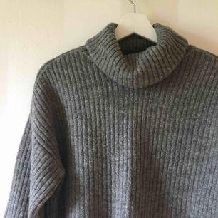 Croppad stickad tröja med vida ärmar och polokrage från Gina Tricot   Sparsamt använd   Priset är inklusive frakten!