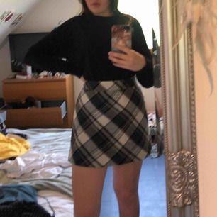 Rutig kjol från H&M l.o.g.g. Säljer pga för stor för mig<3 frakt tillkommer på 18-36kr. Aldrig använd!
