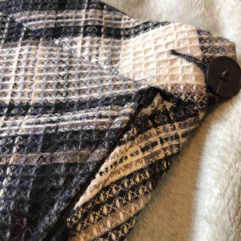 Rutig kjol från H&M l.o.g.g. Säljer pga för stor för mig<3 frakt tillkommer på 18-36kr. Aldrig använd! . Kjolar.