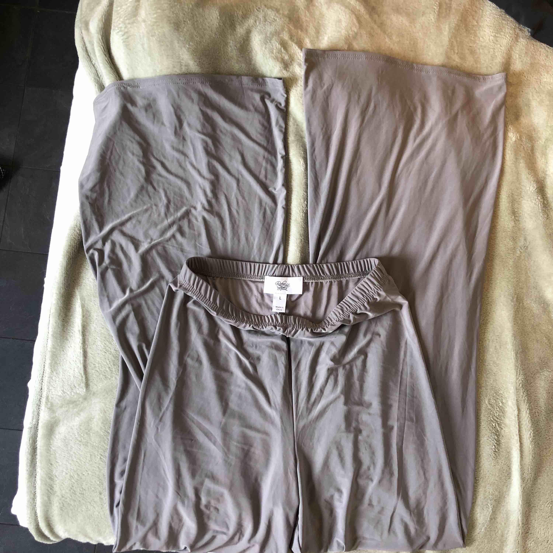 Helt oanvända vida byxor från Rebecca Stella. Kall grå färg. Väldigt stretchiga så passar även större/mindre storlekar. Frakt tillkommer på 36kr. <3<3. Jeans & Byxor.