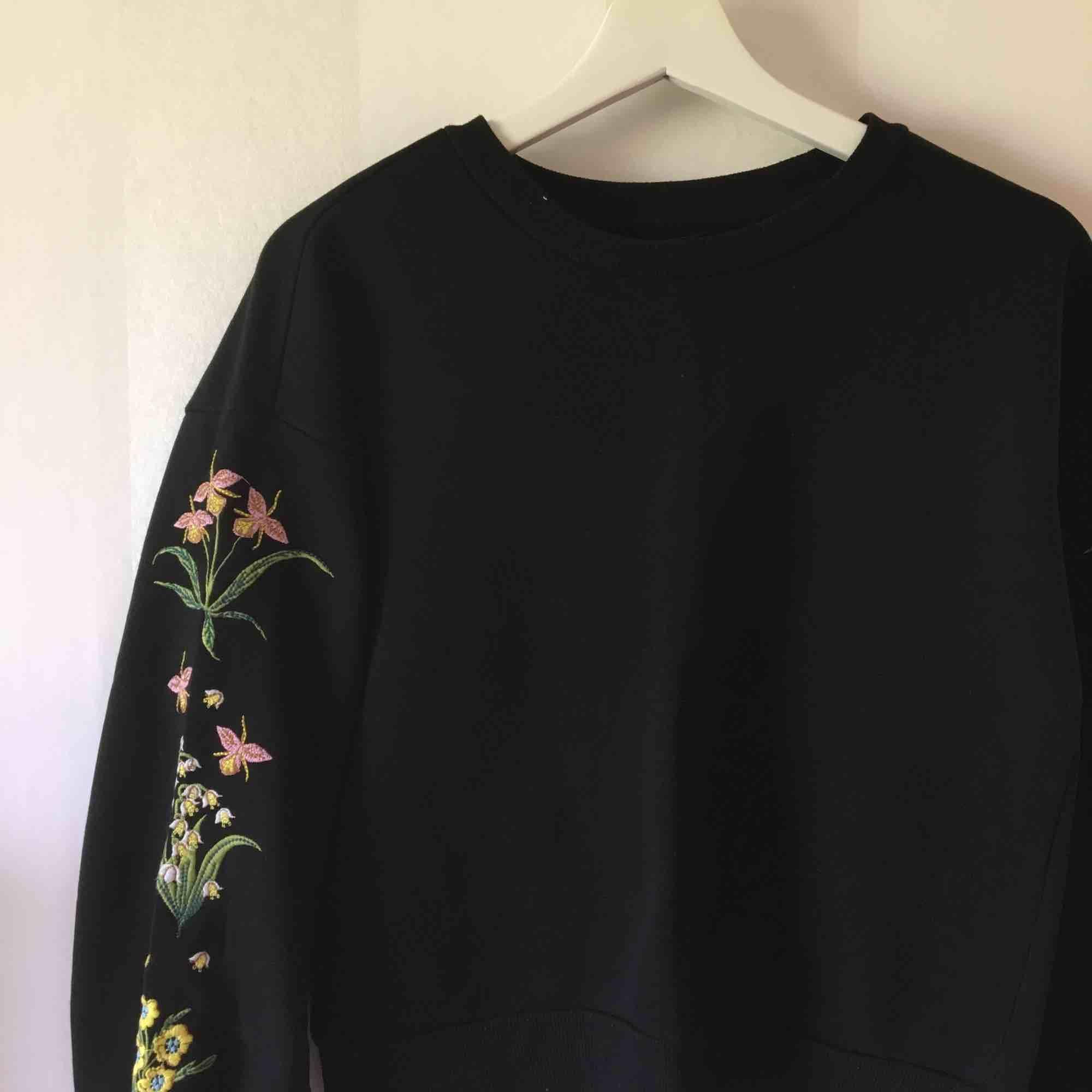 Sweatshirt med broderade ärmar från Monki   Sparsamt använd   Priset är inklusive frakten! . Huvtröjor & Träningströjor.