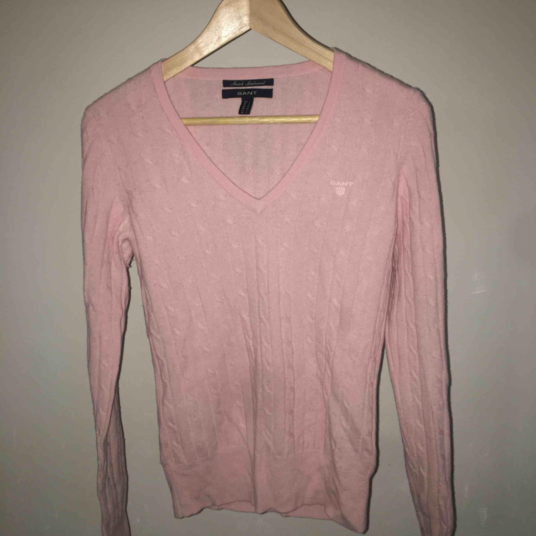 Rosa kabelstickad tröja från Gant. Den är helt ny, aldrig använd. Köpte den för 1100kr. Frakt ingår i priset. ☺️. Stickat.
