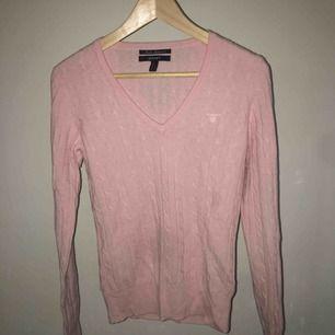 Rosa kabelstickad tröja från Gant. Den är helt ny, aldrig använd. Köpte den för 1100kr. Frakt ingår i priset. ☺️