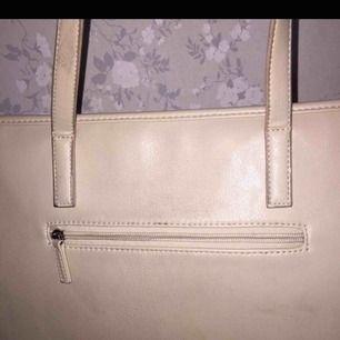 Beige Dondonna väska med tre stycken innerfack och ett ytterfack köpt för 600kr