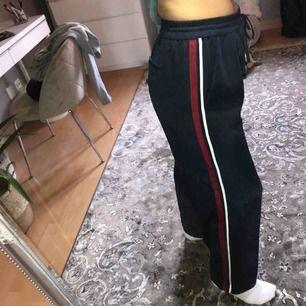 Vida byxor med stripes på sidan, ⭐️ köparen står för frakt
