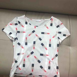 Cool tshirt från Ida Sjöstedt, passar S-M, aldrig använd,