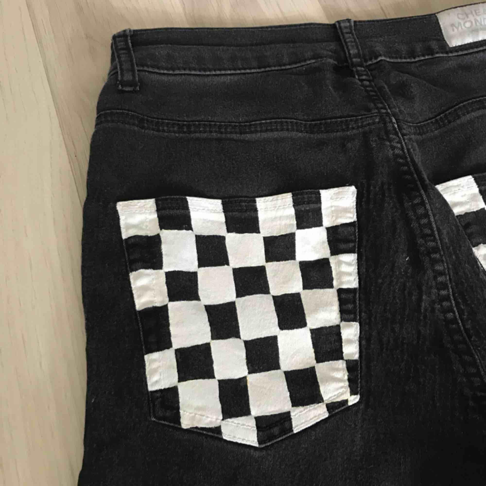 Ett par supersnygga handmålade jeans inköpta från en annan här på plick. Tyvärr satt de ej som tänkt. Det är strl 26/27 i midjan. Det är ett litet vitt hjärta i det högra hörnet av baksidan också. Möts i slussen eller så tillkommer frakt. . Jeans & Byxor.