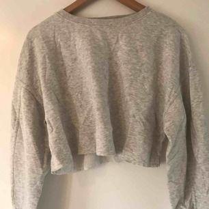 Sjukt cool croppad sweatshirt från zara. Knappt använd och köptes för 2 år sedan Passar till allt typ💖