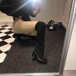 Nästan oanvända overknee-boots. Inga slitningar. Klackhöjd ca 8cm. Sitter bra runt benet, faller ej ner.