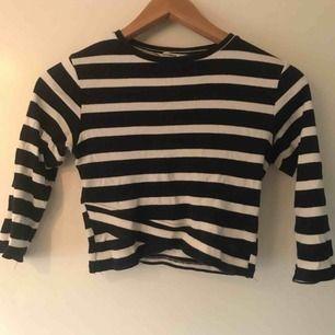 Fin randig tröja i mörkblå/vit med slits detalj 💖 skönt material. Från bull and bear
