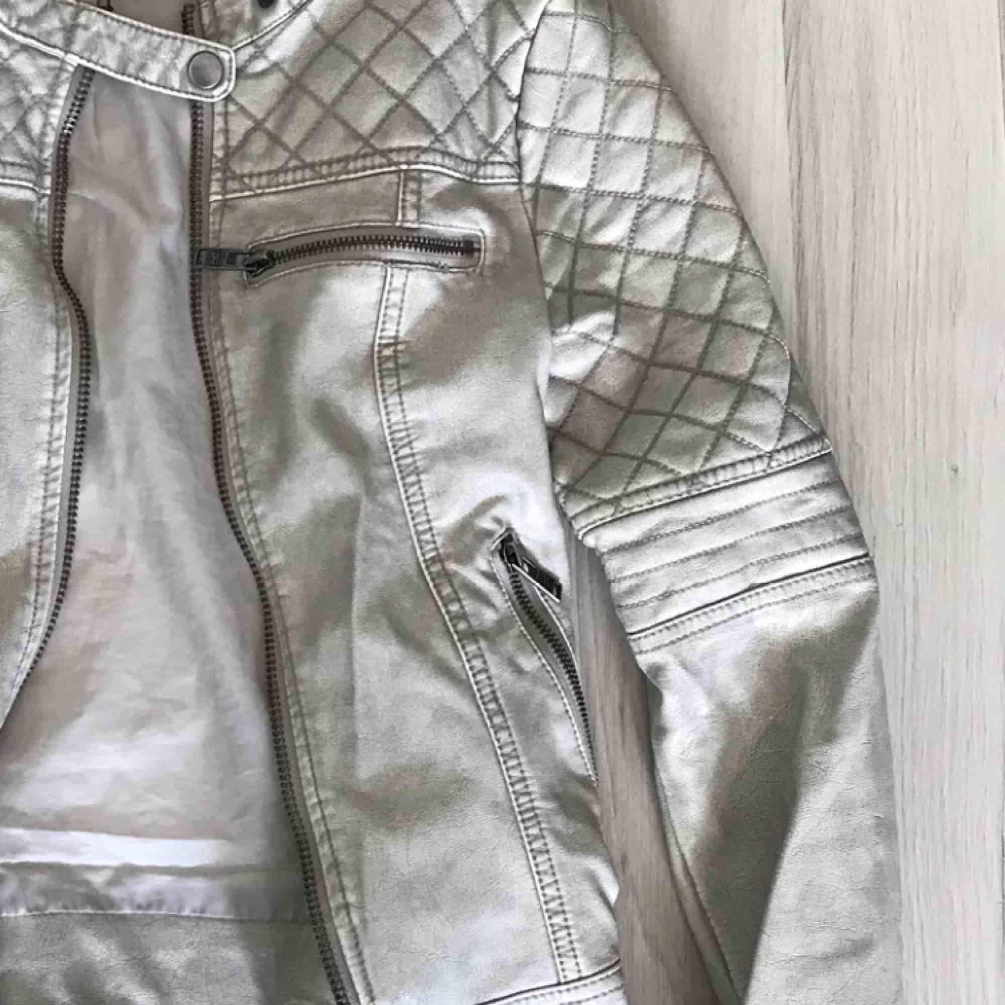 En så fin vit skinnjacka (fake) i strl XS. Använd men fortfarande superskick, förutom ett litet märke på insidan av jackan. Perfekt till hösten! Möts i slussen eller så tillkommer frakt :). Jackor.