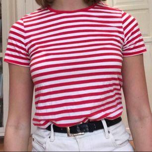 Fin, rödvit randig T-shirt från Asos. Väldigt skön! Använd men fortfarande i väldigt bra skick.  Priset är inklusive frakt.
