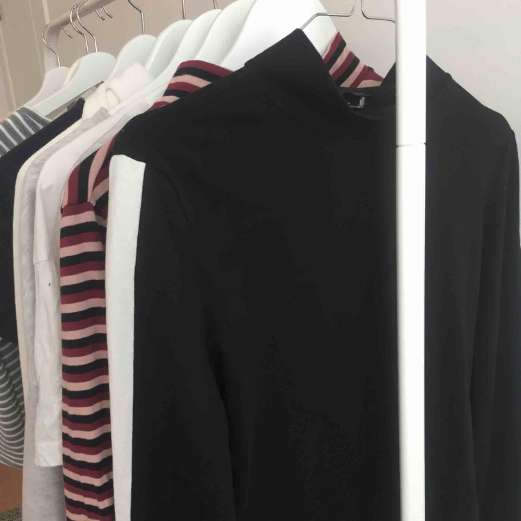 Jättefin svart tröja med vita ränder vid armen🥰🦋 Använd endast 2 gånger så den är i väldigt bra skick!💕. Tröjor & Koftor.