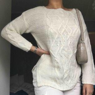 En mysig vit stickad tröja.😊 Perfekt nu till hösten <3