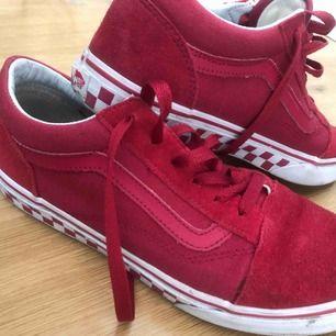 Snyggaste vans skorna köpta i London. Ascoola och unika. Snygg röd färg!!