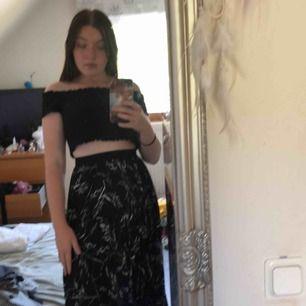 Veckad svart kjol med vitt mönster. Storlek 36. Från H&M. Endast använd 1 gång. Går lite över knät på mig som är 173. Passar även mindre storlekar då det är stretch i midjan. Frakt tillkommer på 36kr.
