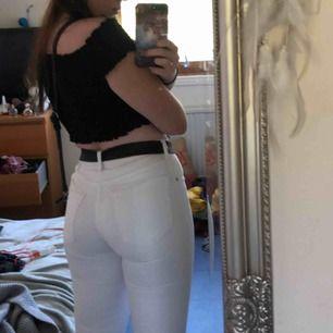 Helvita jeans från märket crocker. Köpta på JC. Medelhög midja, skinny jeans. Aldrig använda. Frakt 36-56.
