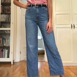 Fina, utsvängda, ljusblåa jeans från Lindex i storlek 38. 100% bomull så väldigt bekväma! Använda, men fortfarande i bra skick. Stängs med dragkedja och knapp framtill. Funktionella fickor.  Priset är inklusive frakt.
