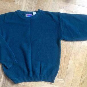 Vintage turkosgrön stickad tröja i storlek M. 80-tals passform med pingvinärmar.  Kan mötas i Hägersten/centrala Sthlm. Köper står för frakt.