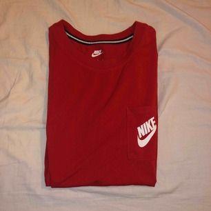 oversize t-shirt från nike i storlek L, använd 1gång. 200 + frakt. I samma modell som den vita som jag tidigare sålt.
