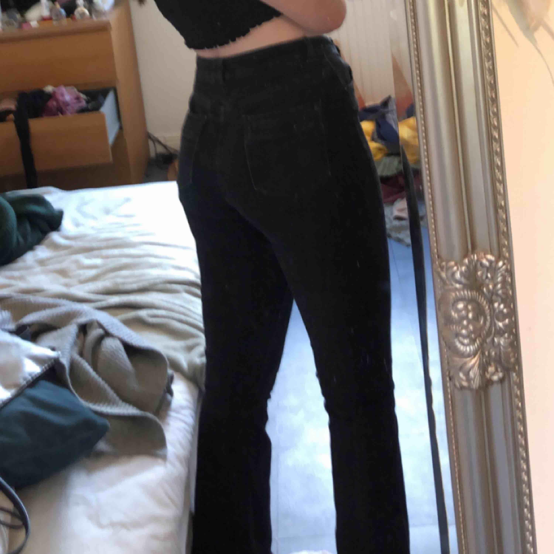 Svarta bootcut jeans från ASOS. Frakt: 54-72.. Jeans & Byxor.