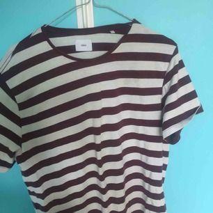 Fin stilren tshirt från Bläck. Vinröd-vit-randig.   Möts upp i Hägersten/Stockholm eller fraktar betalt av köpare.