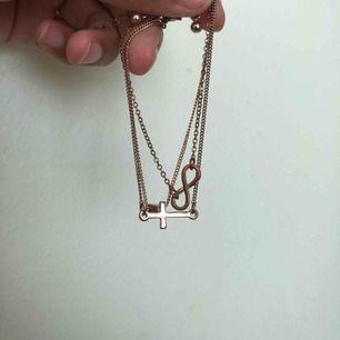 Rosé guld armband. 5krst eller alla 3 för 23kr. DM:a om ni vill en bättre bild på armbandet med korset.