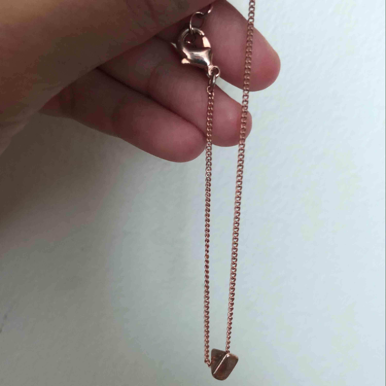 Rosé guld armband. 5krst eller alla 3 för 23kr. DM:a om ni vill en bättre bild på armbandet med korset. . Accessoarer.