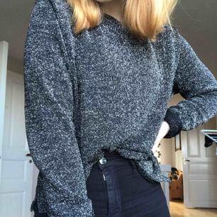 Glittrig långärmad tröja från HM, aldrig använd så i nyskick. Frakt tillkommer.