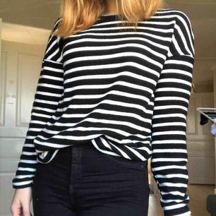 Randig långärmad tröja från HM, materialet är gosigt och tjockare än trikå. Praktiskt taget i nyskick. Frakt tillkommer.