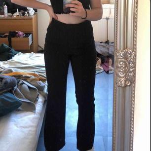Kostymbyxor som går ut lite i benen. Storlek 40 från H&M. Helsvarta med blixtlås på sidan. Frakt: 36-54kr
