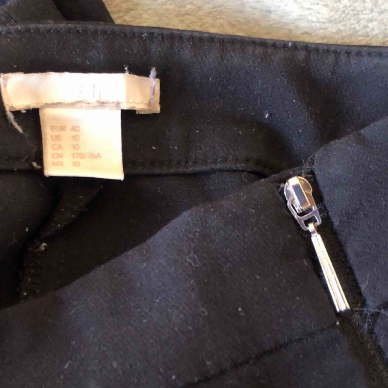 Kostymbyxor som går ut lite i benen. Storlek 40 från H&M. Helsvarta med blixtlås på sidan. Frakt: 36-54kr. Jeans & Byxor.