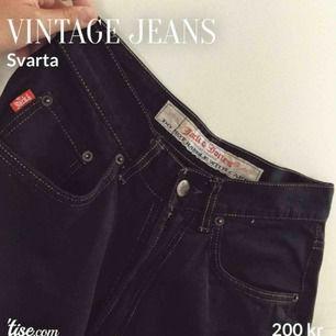 Svarta jeans med rak passform. Stl: 29/32, sitter oversized på benen. Köparen står för frakten!