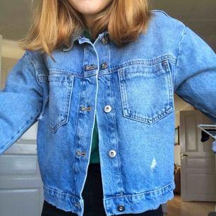 Jättesnygg och populär jeansjacka från bikbok. Aldrig använd så i nyskick. Köpt för 499 säljs för 200+frakt.