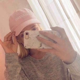 en skitfin rosa keps från ariana grande's dangerous woman tour! köpt på hennes hemsida 2017 för 400kr!  använd fåtal gånger, så inprincip nyskick!