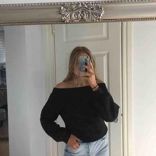 Jätte snygg offshoulder tröja med puff ärmar. Tröjan har även tjockare material vilket är super nu till hösten! Frakt 60kr
