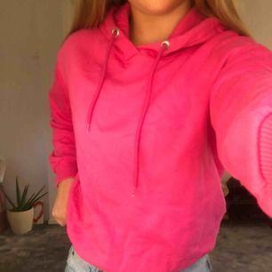 Rosa hoodie som är använd 1 gång. Säljer på grund av att jag inte fått användning för den. Passar XS-S. 💕 köpt på zalando
