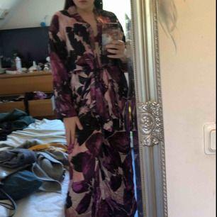 Säljer mitt pyjamas sätt i siden från Wera. Lila/grön/rosa mönster. Byxor i S och morgonrocks tröja i M. Toppen går att ha omlott med kappar eller med tillhörande band. Frakt: 36-54kr.