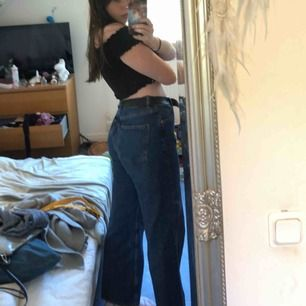 Säljer nu mina favorit jeans från Monki. Storlek 31. Säljer pga för stora för mig :( Vida ben, mörkt tvättade. Frakt: 54-72kr.