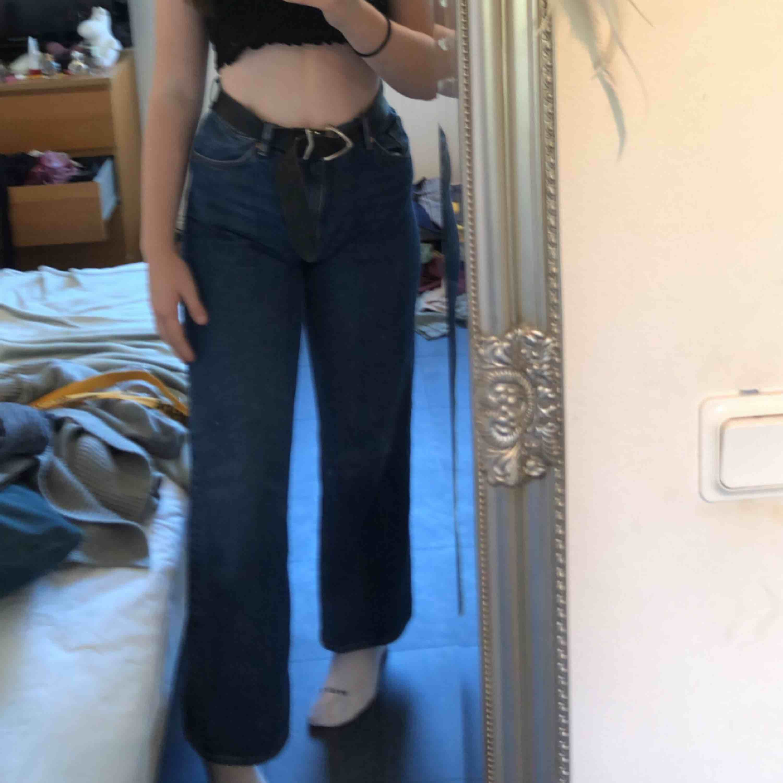 Säljer nu mina favorit jeans från Monki. Storlek 31. Säljer pga för stora för mig :( Vida ben, mörkt tvättade. Frakt: 54-72kr.. Jeans & Byxor.