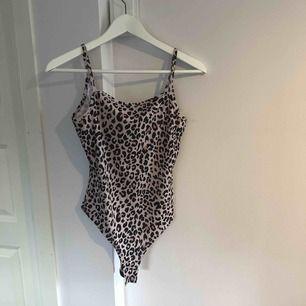 Oanvänt Leopardmönstrat linne i S. Köpt på BikBok. Superskönt material 🐆